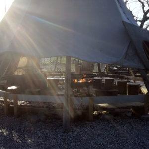 Feiern am Lagerfeuer im Indianerzelt